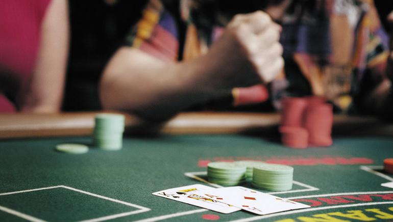 Docenas de Mesas en Vivo en Royal Vegas Casino